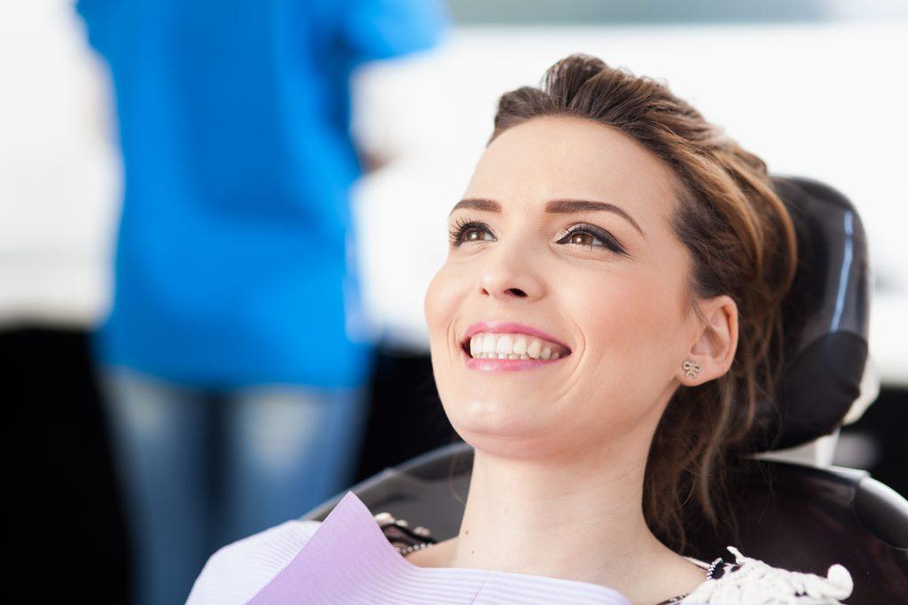 Zahnarzt Bleaching, Frau in der Behandlung